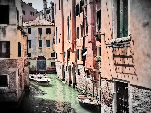 Ein schmaler Kanal