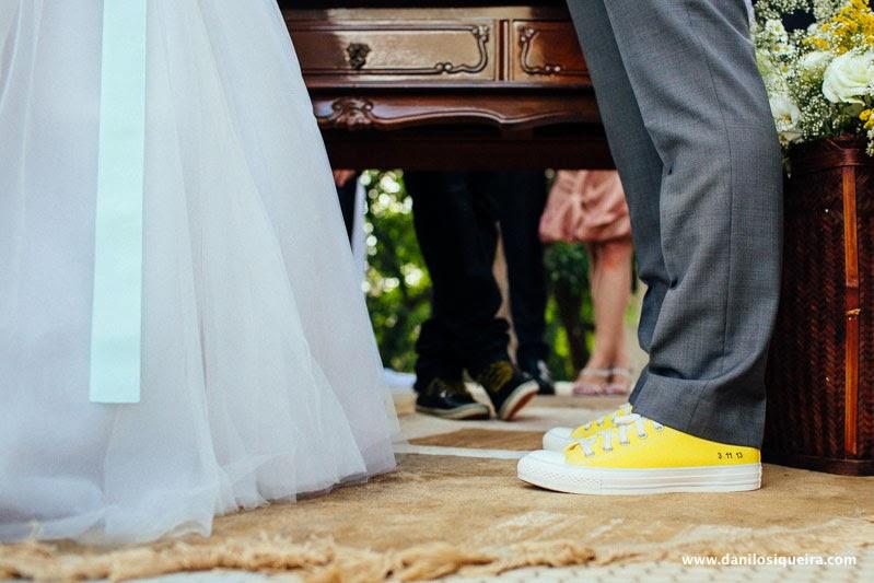 cerimonia - altar - noivos - noiva cabelo solto - tiara - decoracao - palacio dos cedros - casamento azul amarelo - fita azul vestido noiva - all star amarelo - noivo all star - casamento all star - casamento de dia - casamento ao ar livre
