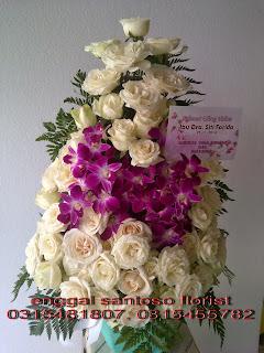 rangkaian karangan bunga meja mawar putih dan anggrek dendro