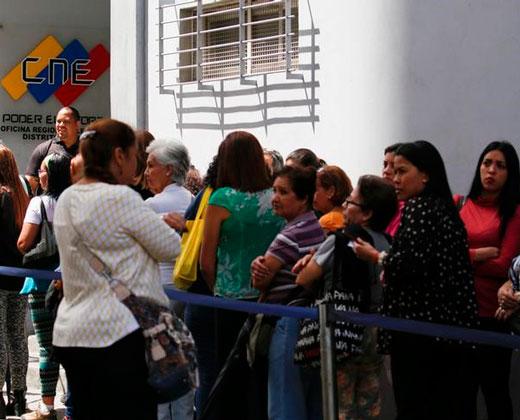 Gobierno viola inamovilidad laboral y despide trabajadores públicos que firmaron en el RR