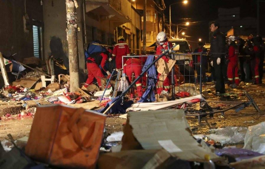 Tareas de rescate y recojo de escombros continuaron toda la madrugada / MIGUEL PADILLA