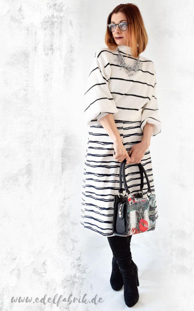 Streifenlook mit Pullover und Culotte in Schwarz und Weiß plus Overknees, die Edelfabrik