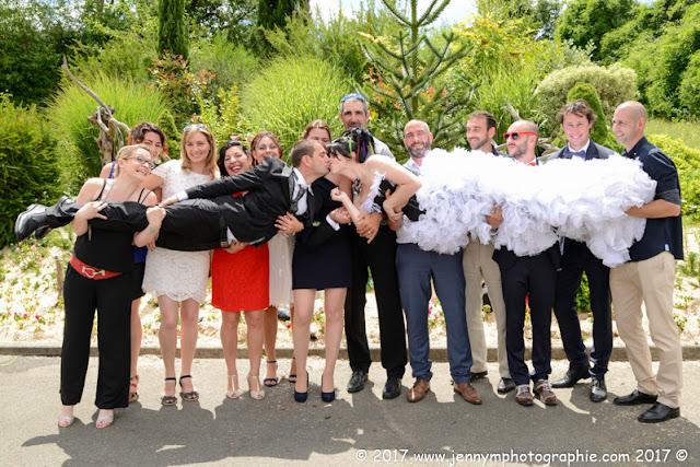 photo de groupe fun, photo les mariés et leurs amis, porté des mariés
