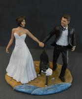 sposini torta nuziale cake topper corsa spiaggia con cane orme magiche