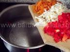 Ciorba de varza cu smantana preparare reteta - punem la fiert intr-o oala morcovul, ardeiul si telina tocate