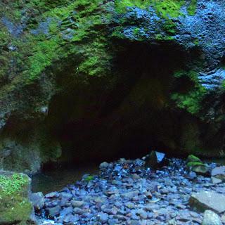 Pequena Caverna, à Esquerda da  Cachoeira da Ravina, Parque das 8 Cachoeiras, São Francisco de Paula
