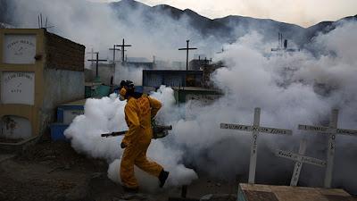 hombre fumiga una cuadra con gas toxico