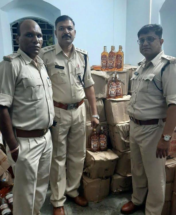 Alirajpur News-अलीराजपुर आबकारी विभाग ने  5.51 लाख रूपये की  अवैध मदिरा का जखीरा पकडा