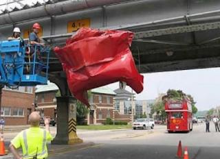 Najsmešnije slike: dupli autobus udario u nadvoznjak