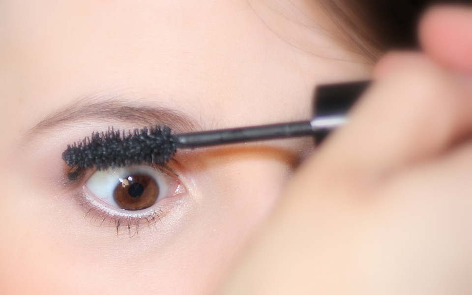 Thicken Sparse Lashes Woman applying mascara to Thicken Sparse Lashes