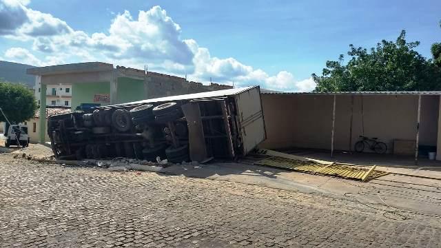 Chapada: Caminhão baú tomba e derruba poste no centro de Ituaçu