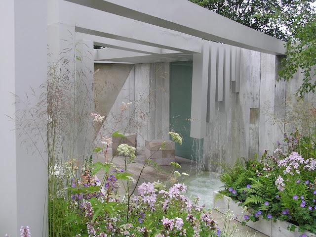 betonowa architektura w ogrodzie