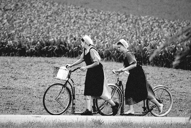 femmes Amish en trottinettes