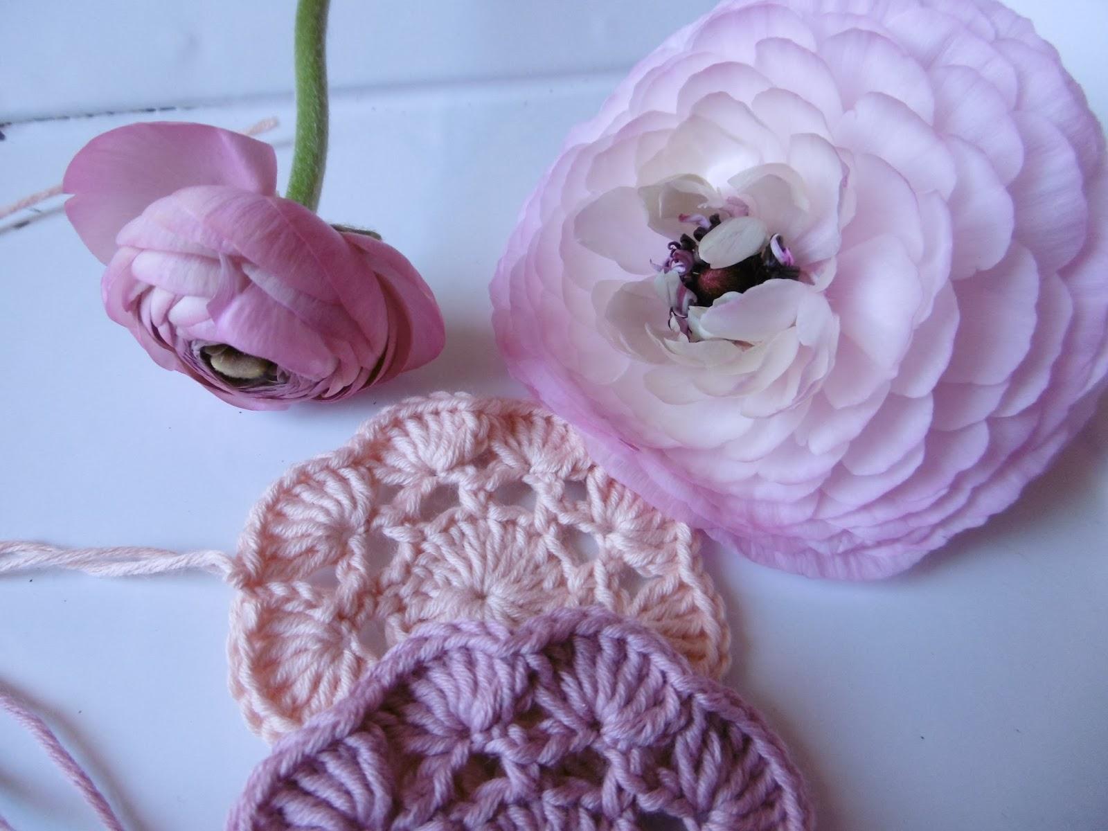 Häkeln im Quadrat: Zarte Blüten in Rosé