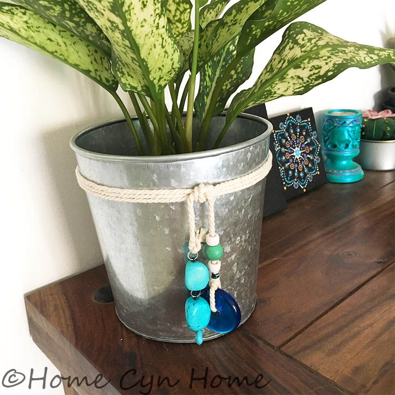 A quick DIY project to give a nice beach vibe to your home in minutes.