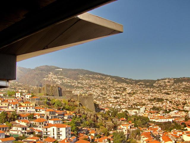 um hotel com vista para a cidade