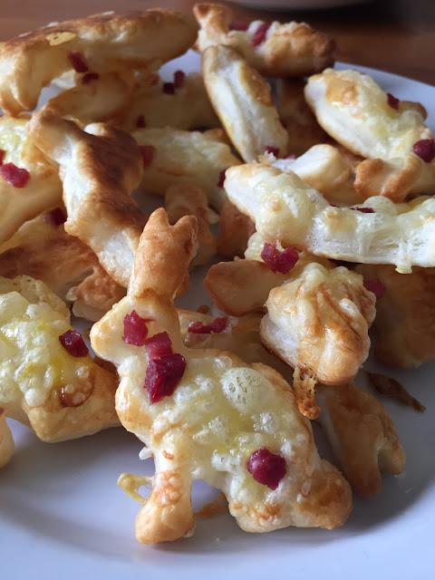 Blätterteig-Osterhasen mit Käse und Schinkenwürfeln - ideal für Ostern!