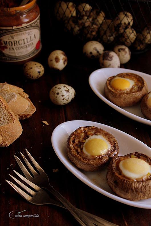 Champiñones rellenos de morcilla y huevo de codorniz