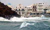 Ισχυροί άνεμοι και πελώρια κύματα «χτύπησαν» την Πάρο (βιντεο)