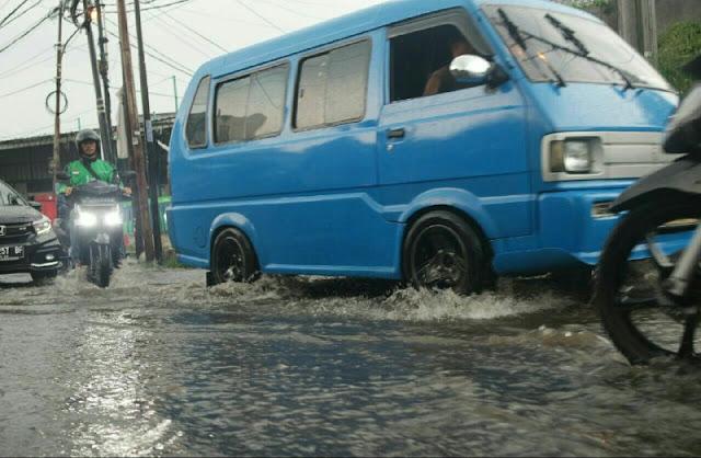 Jalan Kapten Yusuf Macet Parah Saat Hujan Deras
