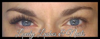 Foto van verschil in ogen met rechts natuurlijke wimpers en links mascara look wimperextensions op www.lovelylashesnails.nl . De wimpers zijn gezet in Dronten op een klant uit Swifterbant en Biddinghuizen