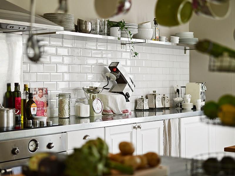 Biały, drewniany domek, wystrój wnętrz, wnętrza, urządzanie domu, dekoracje wnętrz, aranżacja wnętrz, inspiracje wnętrz,interior design , dom i wnętrze, aranżacja mieszkania, modne wnętrza, vintage, shabby chic, białe wnętrza, kuchnia