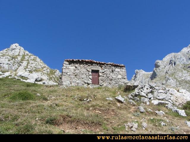 Ruta Peña Castil y Cueva del Hielo: Pequeña cabaña en la canal de Fresnedal