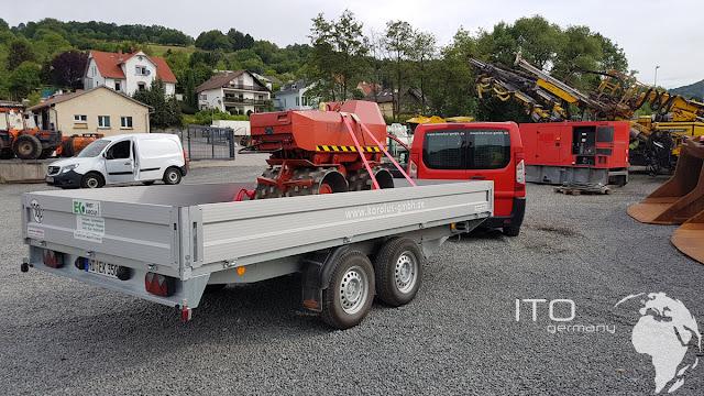 Rote Rammax Grabenwalze in rot auf Transportanhänger Firma Karolus Gmbh