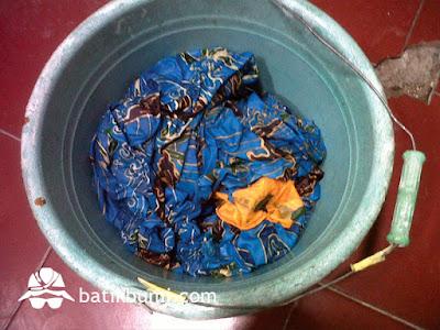 Mencelup batik pada waterglass untuk kancing warna
