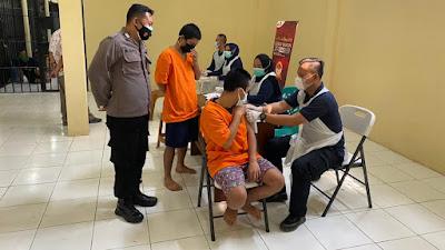 Para Tahanan di Polresta Tangerang Jalani Suntik Vaksinasi Covid-19