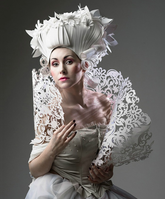 As perucas e roupas de papel de Asya Kozima