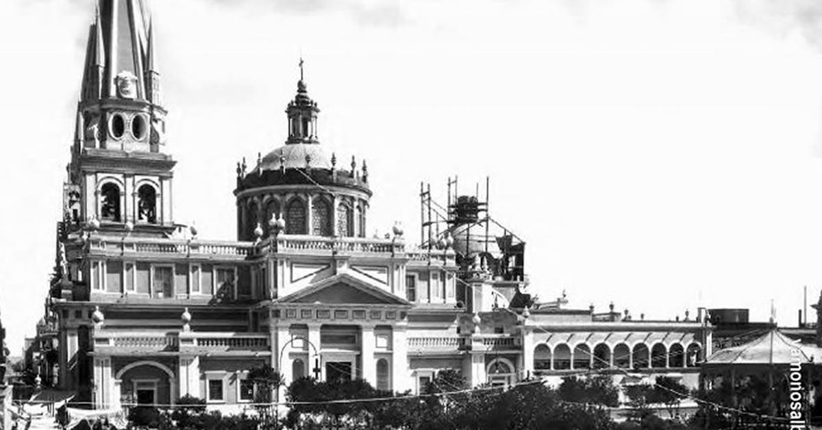 foto antigua de la catedral de Guadalajara en blanco y negro