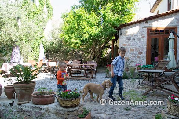 Macaron otelin keyifli bahçesi ve çocuklar, Ayvalık