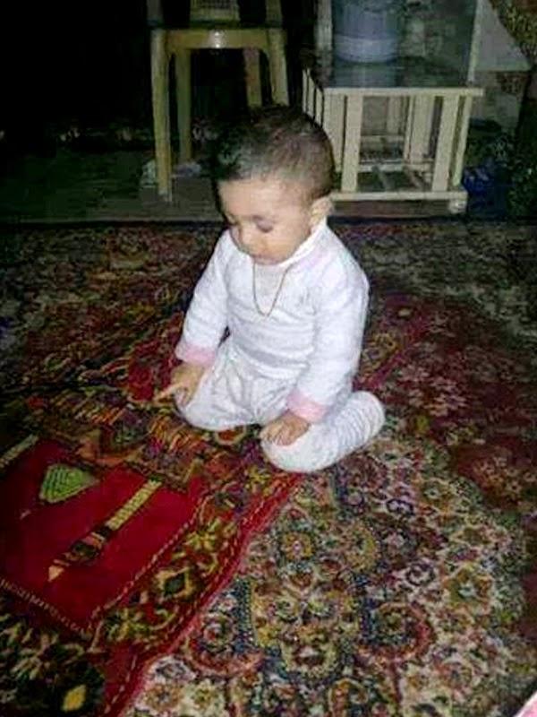 Foto bayi lucu laki-laki shalat