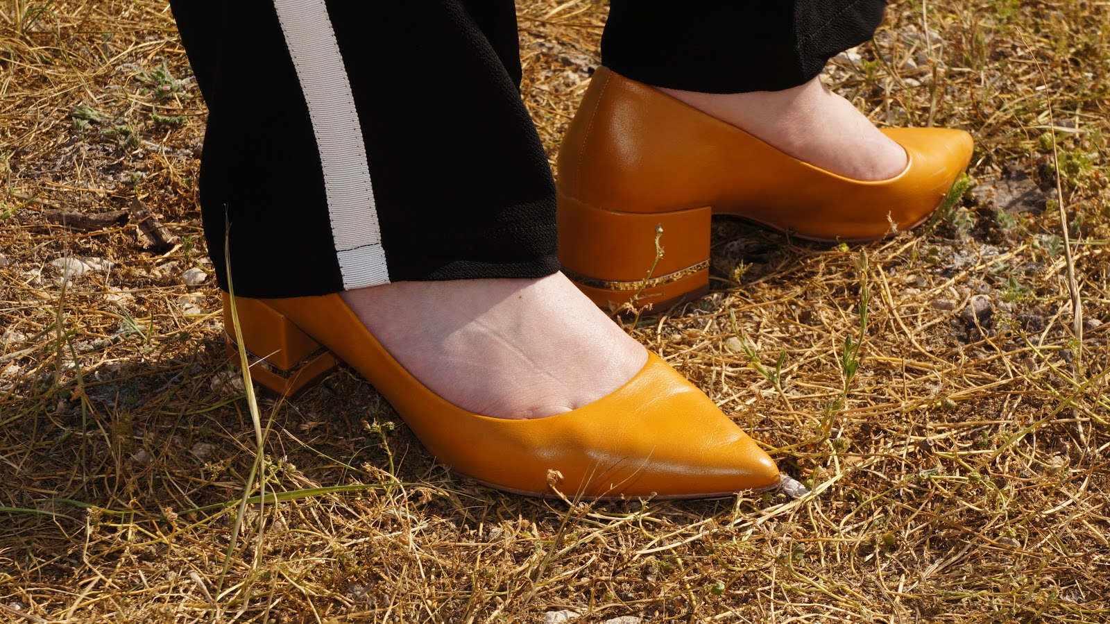 Yellow pointed shoes with silver detailing