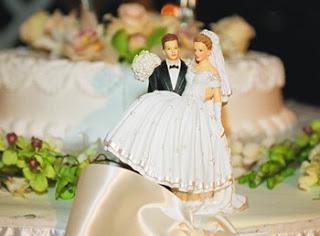 еда, застолье, застолье свадебное, каравай, праздничный стол на свадьбу, приметы и суеверия, приметы народные, приметы про еду, приметы про каравай, приметы свадебные, свадьба, торт, торт свадебный, хлеб, приметы про торт, мудрость народная, суеверия, суеверия свадебные, традиции свадебные, обряды, бракосочетание, трапеза сважебная, про свадьбу, про приметы, про суеверия, жених, невеста, молодожены, гости, семья, Праздничный мир, как делить каравай на свадьбе http://prazdnichnymir.ru/