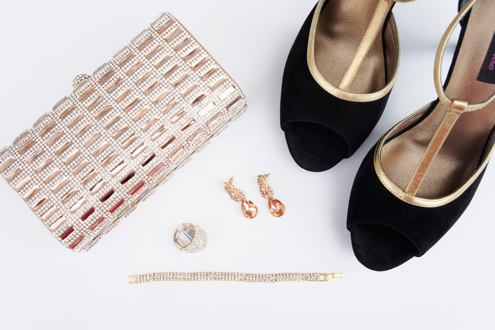 Accesorios Dorados de Fiesta y Zapatos