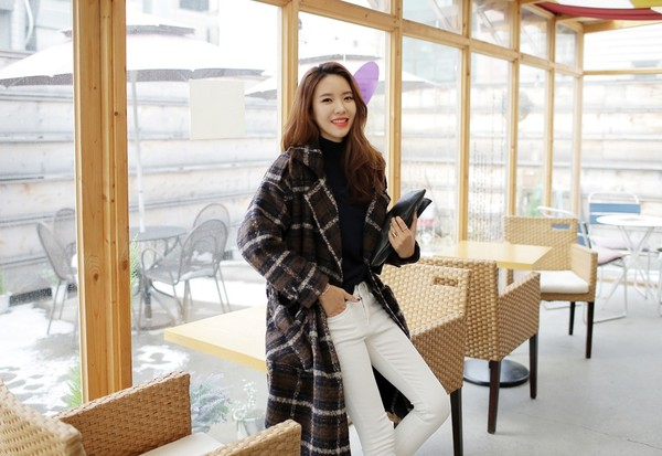 cách phối đồ mùa đông với áo len cổ lọ và áo trench coat