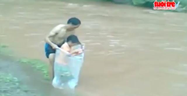 Terekam Bungkus Plastik Anaknya di Sungai, Ternyata Alasan Ayah ini Bikin Haru Netizen