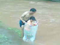 Terekam Bungkus Anak Pakai Plastik di Sungai, Ternyata Alasan Ayah ini Bikin Haru Netizen