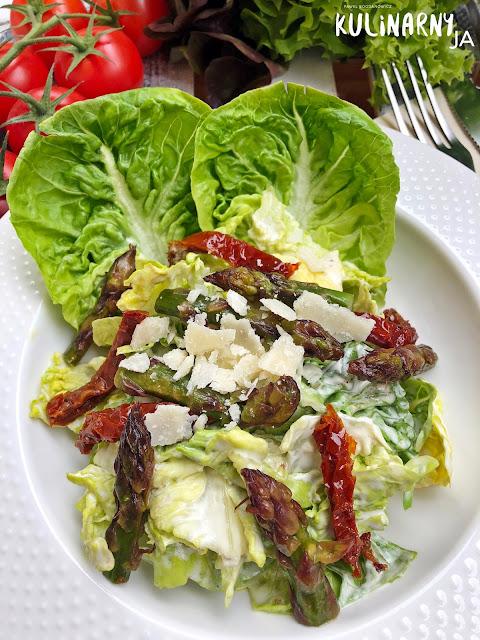 Sałatka a'la Cezar ze szparagami i suszonymi pomidorami