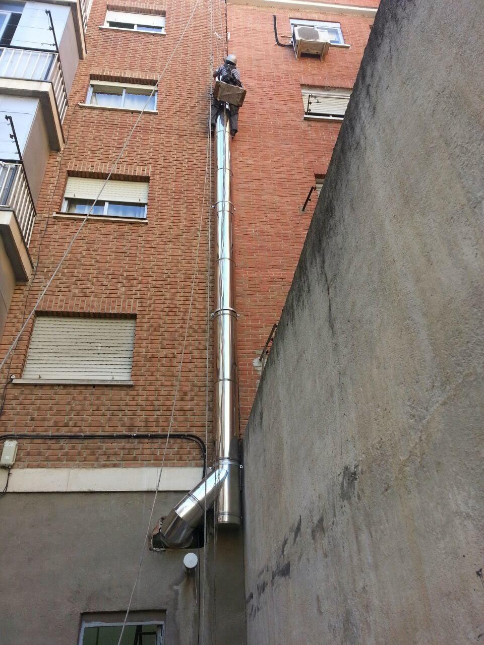 Foto trabajos de montaje tubos por fachada