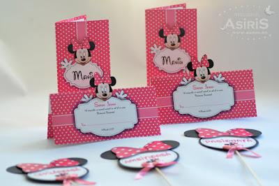 Set papetarie botez tematic - Minnie Mouse roz cu buline albe compus din meniuri, plicuri de bani si props botez