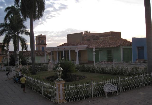 La casa amarilla porticada es la Casa Padrón; al fondo, la torre del Museo Municipal