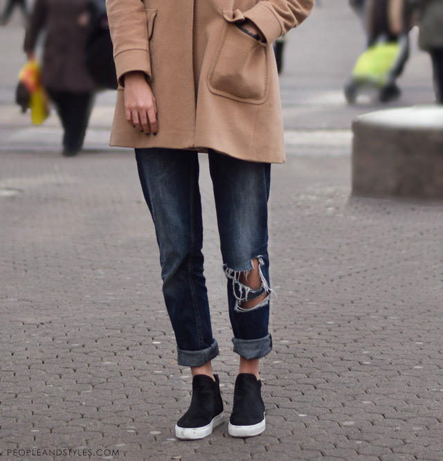 Ana Maria Jelavić, how to wear distressed boyfriend jeans in winter - a line coat and slip on sneakers,, kako nositi podrapane trpaperice zimi, street fashion Zagreb, ulična moda Zagreb, peopleandstyles.com
