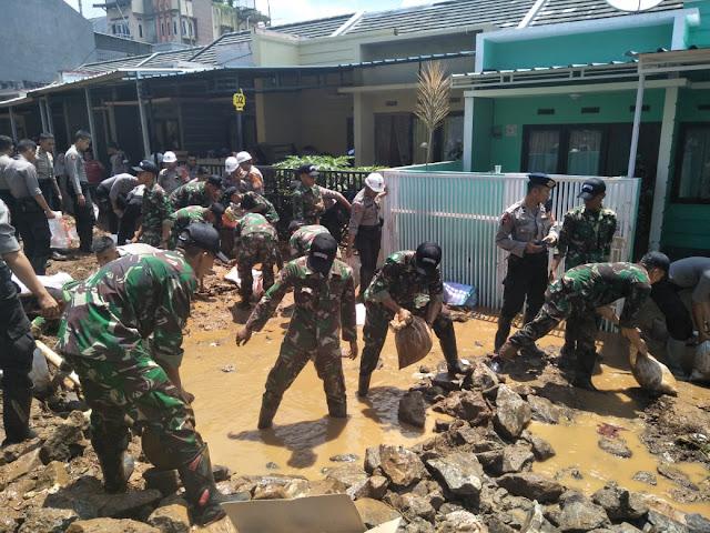 Yonzipur 9 Kostrad Bantu Korban Banjir Bandang di Jati Indah Regency
