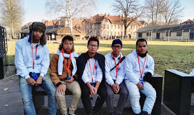"""Los miembros de la llamada """"tribu perdida"""" de la India estos Judios la semana pasada visitaron el sitio del antiguo campo de concentración nazi de Auschwitz por primera vez."""