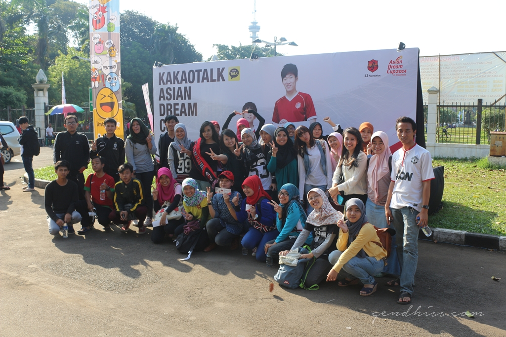 pose dengan rombongan samsung di depan poster ADC 2014