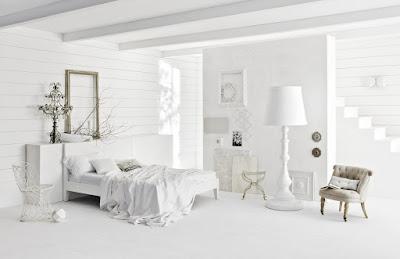 спальня с зеркалом светлая