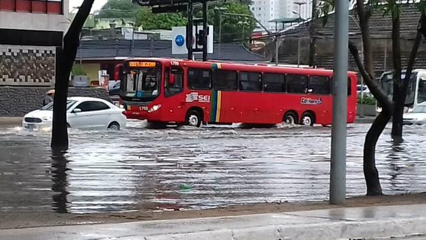 Chuva forte alaga ruas e provoca quedas de árvore e barreiras no Grande Recife